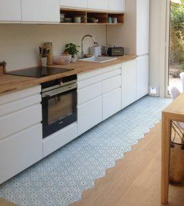 A látványos megoldás a konyhában a burkolatváltásra.