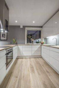 A világos laminált padló szép és modern hatást kölcsönöz a konyhának.