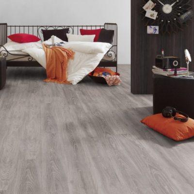 A Krono Original Kronofix Classic 4009 Rock Ridge Oak laminált padló könnyen karbantartható, tisztítható és egyszerűen telepíthető klikkes rendszerű.