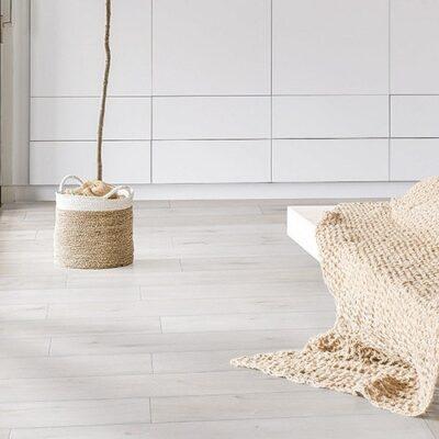 A Rocko Vinyl padló R079 Salt Mine egy olyan világos árnyalatú, fahatású vinylpadló, amely alkalmas padlófűtéshez és fürdőszobába is.