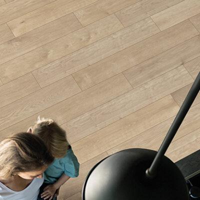 A Rocko Vinyl padló R065 Rope keskeny változata klasszikus fahatású, padlófűtéshez is alkalmas termék.