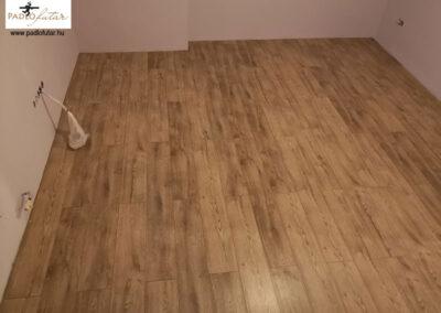 Elegáns, öregített fahatású laminált padló – Padlófutár referencia