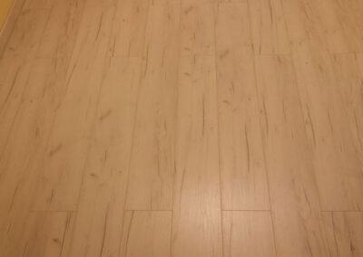 Egy visszafogott laminált padló választás – Padlófutár referencia