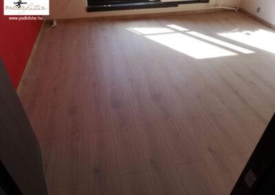 Valósághű, meleg színű laminált padló – Padlófutár referencia