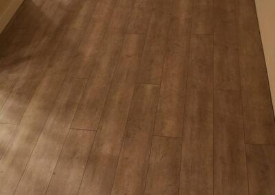 Gyönyörű rusztikus barna laminált padló – Padlófutár referencia
