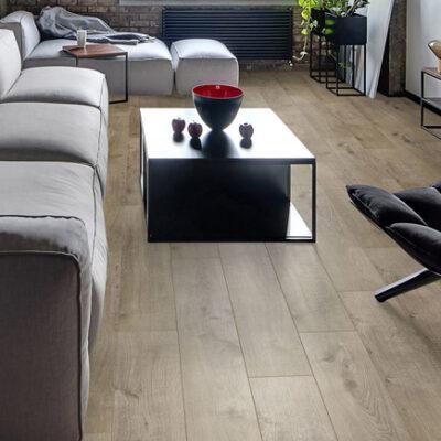 A Kronostep SPC vinyl padló Z201 Bolton Oak padló ötvözi a vinyl előnyeit a parketta esztétikájával. Ideális választás magas páratartalmú helyiségek számára.