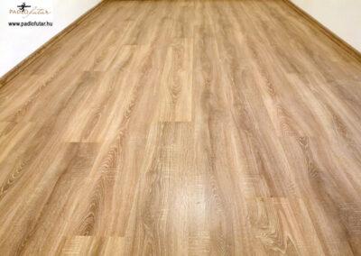 Klasszikus megoldás laminált padlóval – Padlófutár referencia