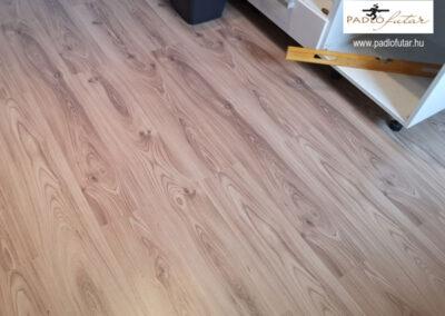 Világos laminált padló – Padlófutár referencia