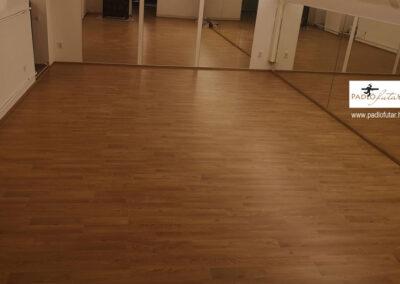 Laminált padló tükrös helyiségben – Padlófutár referencia