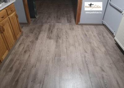 Tölgy mintázatú sötétebb laminált padló – Padlófutár referencia