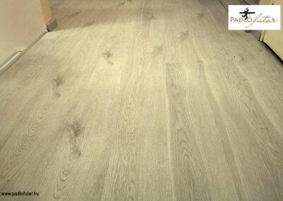 A világos laminált padló szűk terekbe – Padlófutár referencia