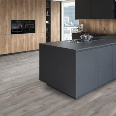 A Kronostep SPC vinyl padló Z212 Sand Dune Oak kifogástalan választás lakásokba, valamint különböző üzlethelyiségekbe is.