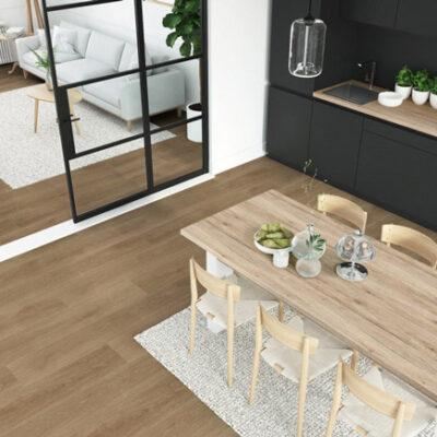 A közepes, barna árnyalatú Kronostep SPC vinyl padló Z216 Buffalo Oak kiváló alap egy otthonos környezet megteremtéséhez.